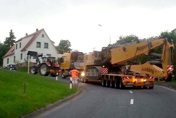 Traktor-Unterstützung für 116 Tonnen Schwerlast an einer 13% Steigung.